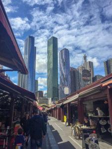 Die Skyline von Melbourne vom Queen Victoria Market